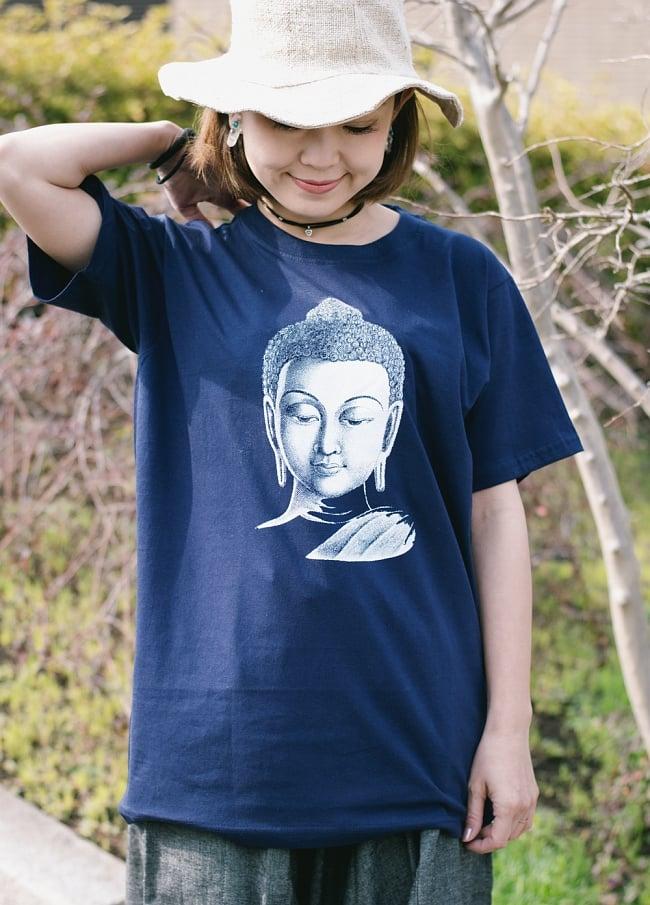 ブッダTシャツの写真4 - 身長150cmのモデルさんがMサイズのネイビーを着用したところです