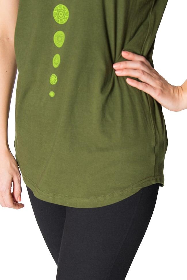 7 chakra ラウンドTシャツヨガやフィットネスに 5 - 裾周りの様子です。カーブしているのがキュートですね。
