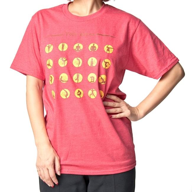 20ヨガポーズTシャツ ティラキタオリジナルデザイン 17 - 正面から撮影しました。着用TシャツはヘザーレッドのSサイズです。モデルは身長152cmです。