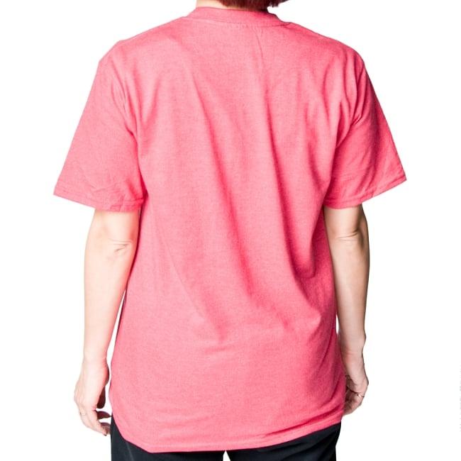 20ヨガポーズTシャツ ティラキタオリジナルデザイン 18 - 背面から撮影しました。着用TシャツはヘザーレッドのSサイズです。モデルは身長152cmです。