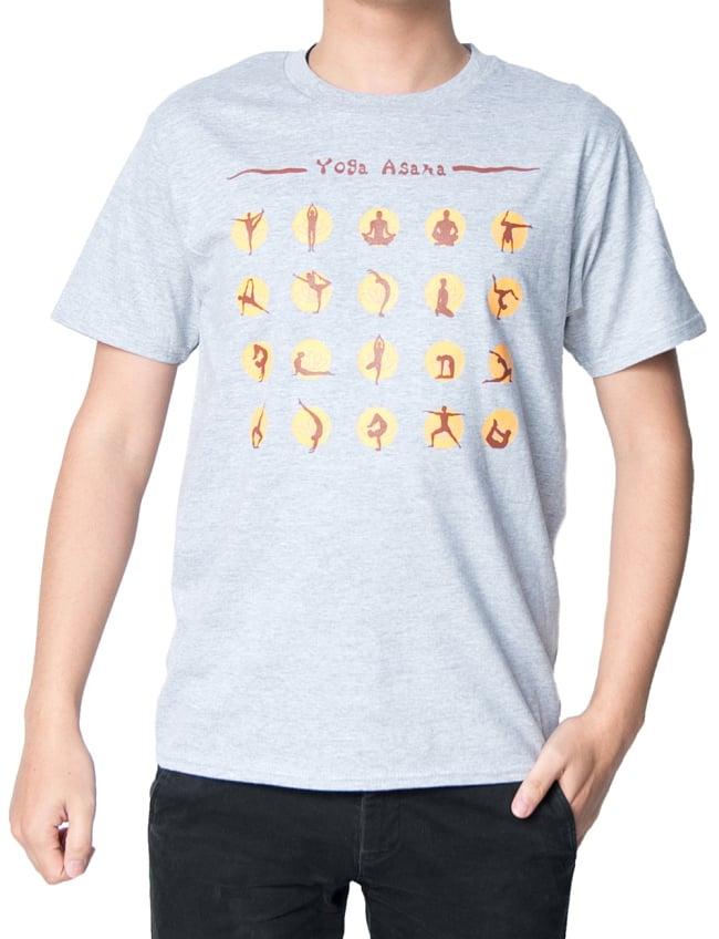 20ヨガポーズTシャツ ティラキタオリジナルデザイン 2 - 正面から撮影しました。着用TシャツはスポーツグレーのSサイズです。モデルは身長170cm程度、体重60kg程度です。
