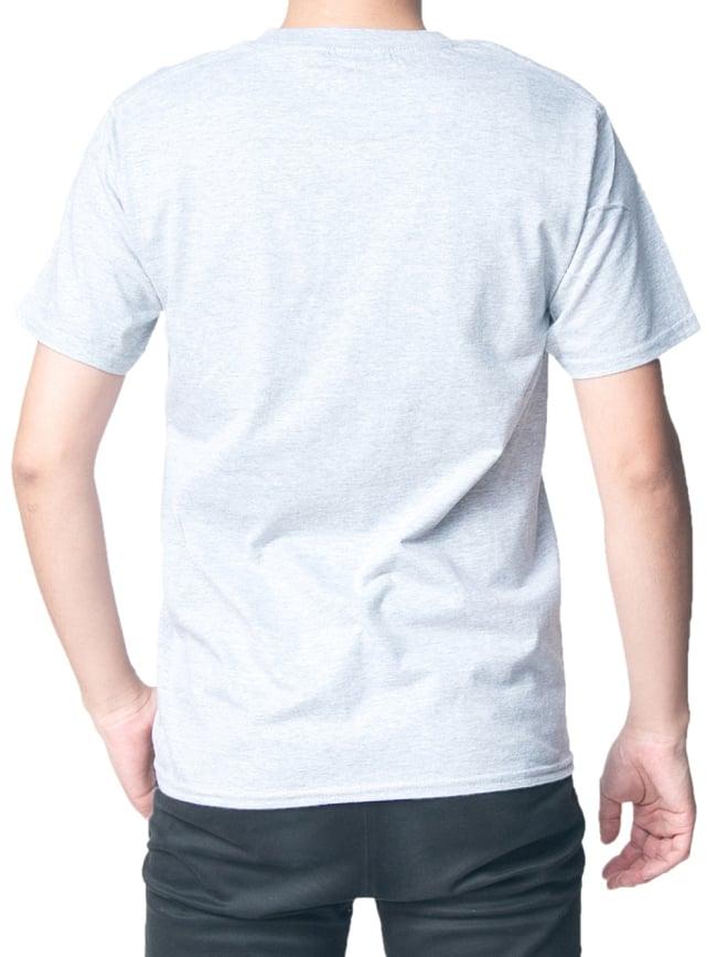 20ヨガポーズTシャツ ティラキタオリジナルデザイン 3 - 背面から撮影しました。着用TシャツはスポーツグレーのSサイズです。モデルは身長170cm程度、体重60kg程度です。