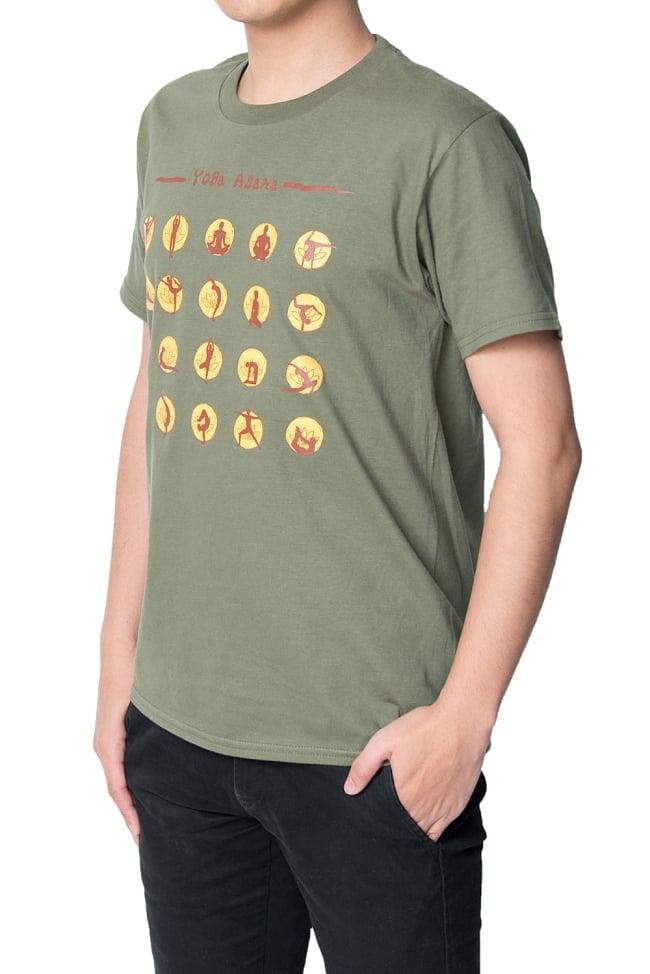 20ヨガポーズTシャツ ティラキタオリジナルデザイン 4 - ナナメから撮影しました。着用TシャツはミリタリーグリーンのSサイズです。モデルは身長170cm程度、体重60kg程度です。