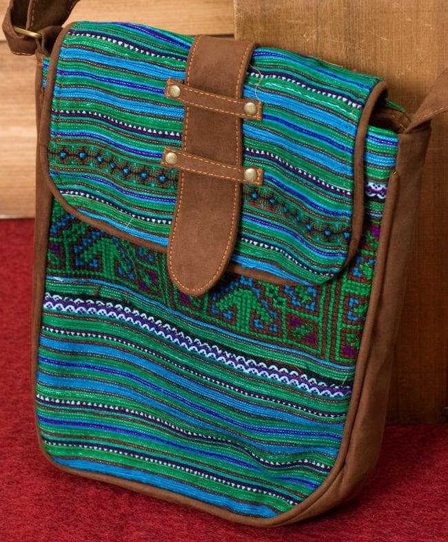 モン族刺繍の縦型ショルダーバッグ 2 - 全体写真です