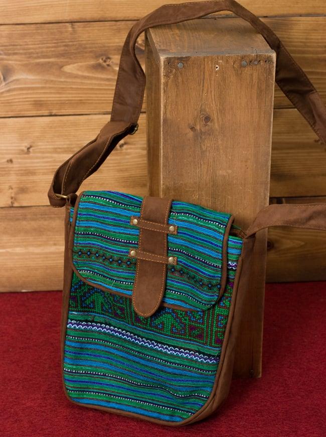 モン族刺繍の縦型ショルダーバッグ 3 - 全体写真です