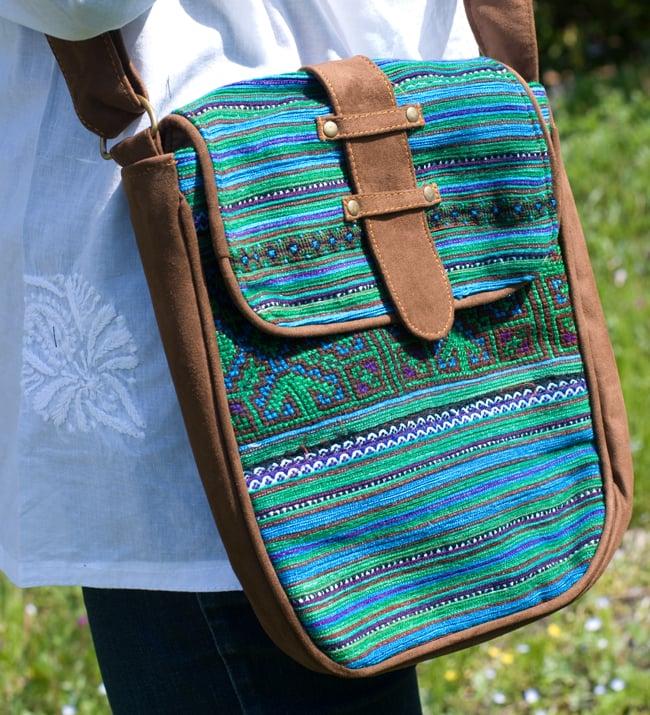 モン族刺繍の縦型ショルダーバッグ 4 - 太陽光のもと、アップにしました