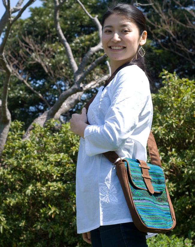 モン族刺繍の縦型ショルダーバッグの写真