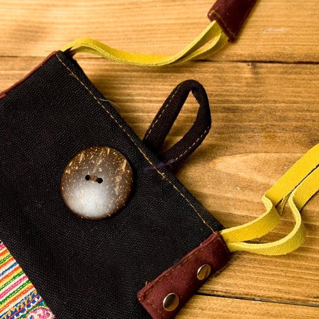 【1点もの】モン族刺繍のパッチワークショルダーバッグ 4 - 大きなボタンがアクセントになっています。(こちらは色違いのものです。)