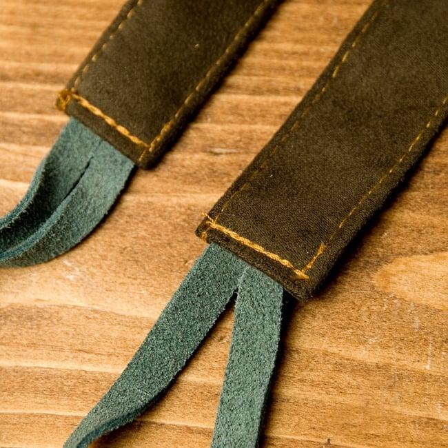 【1点もの】モン族刺繍のパッチワークショルダーバッグ 6 - ベルト部分はスウェード生地で柔らかくもしっかりした作りになっています。