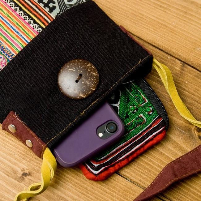 【1点もの】モン族刺繍のパッチワークショルダーバッグ 7 - お財布と携帯をいれてみました。