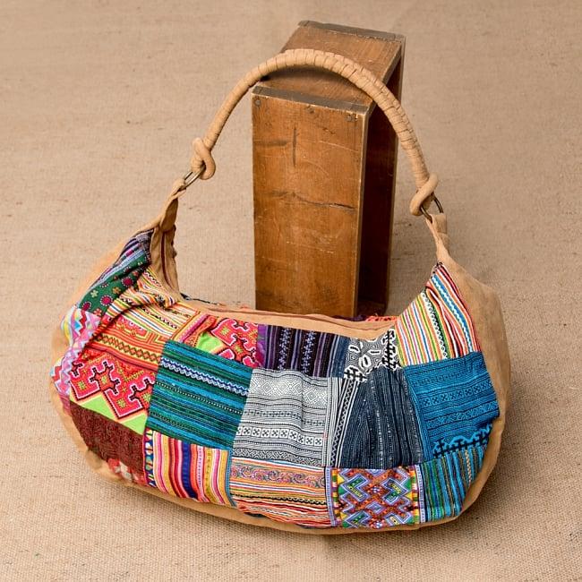 モン族刺繍のトラベルバッグ - ベージュ 2 - 裏面にもしっかり刺繍が施されています。
