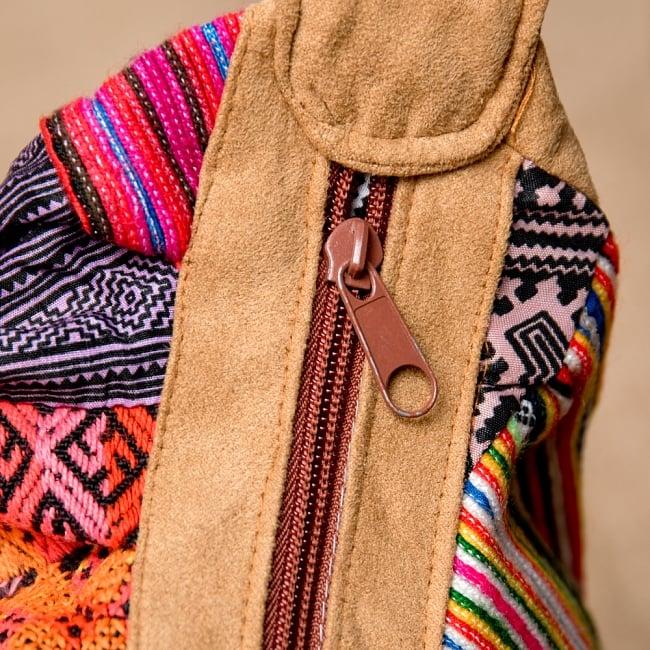 モン族刺繍のトラベルバッグ - ベージュ 4 - ジップがあるので荷物を入れすぎても安心です。