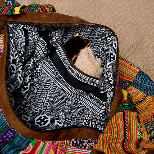 モン族刺繍のトラベルバッグ - ベージュ 6 - 内側にはジップ付きのポケットがあるので、細かいもの入れるのにぴったりです!