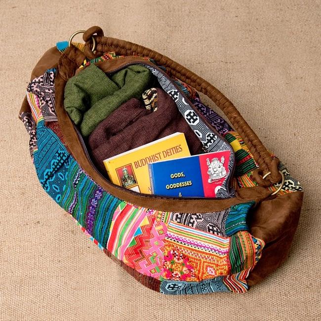モン族刺繍のトラベルバッグ - ベージュ 8 - 厚手のアウター2枚と本2冊入れてみました。まだ余裕あります!