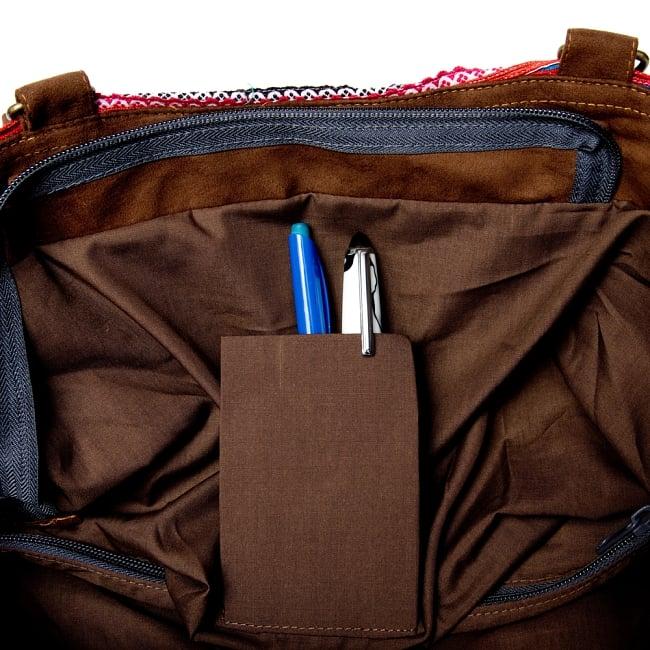 モン族刺繍の2WAYバッグ 10 - 中にはペンを挿したり携帯を入れるポケットもあります。