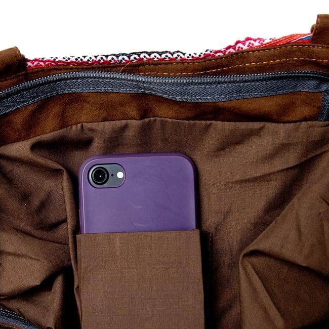 モン族刺繍の2WAYバッグ 11 - 中にはペンを挿したり携帯を入れるポケットもあります。