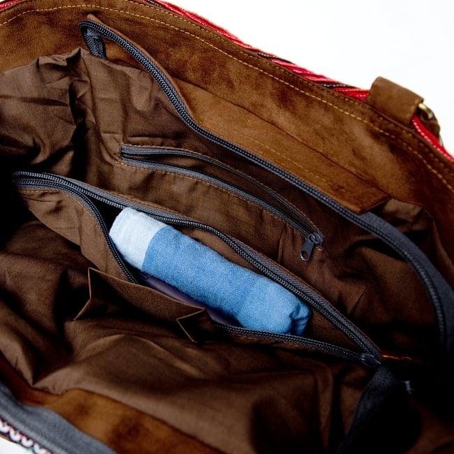 モン族刺繍の2WAYバッグ 13 - 真中には全体を仕切れるようなポケットもついています。