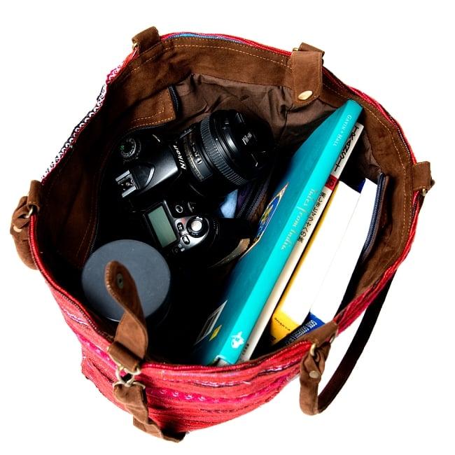 モン族刺繍の2WAYバッグ 14 - 本数冊、水筒、カメラ、こんなに入ります。