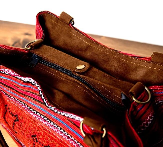 モン族刺繍の2WAYバッグ 6 - サイドのボタンを留めるとコンパクトなデザインとしてもお楽しみ頂けます。