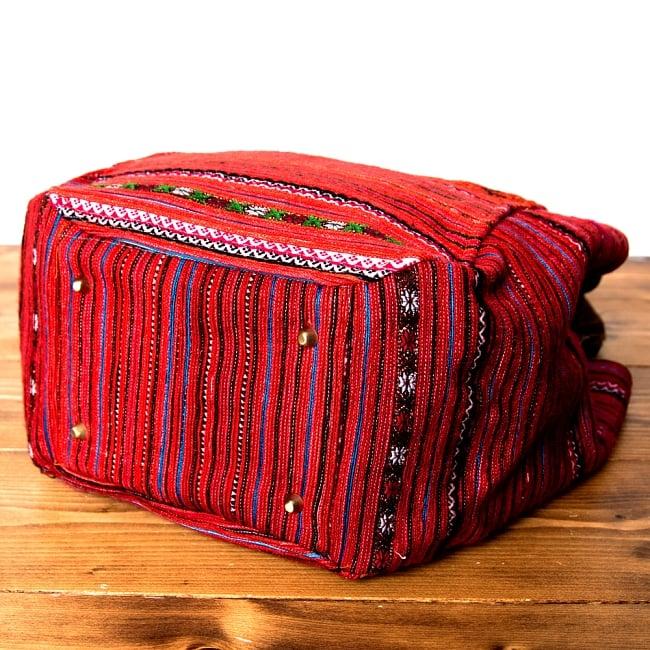 モン族刺繍の2WAYバッグ 8 - 底部分には鋲が打ってあるので、床に置いても汚れません。