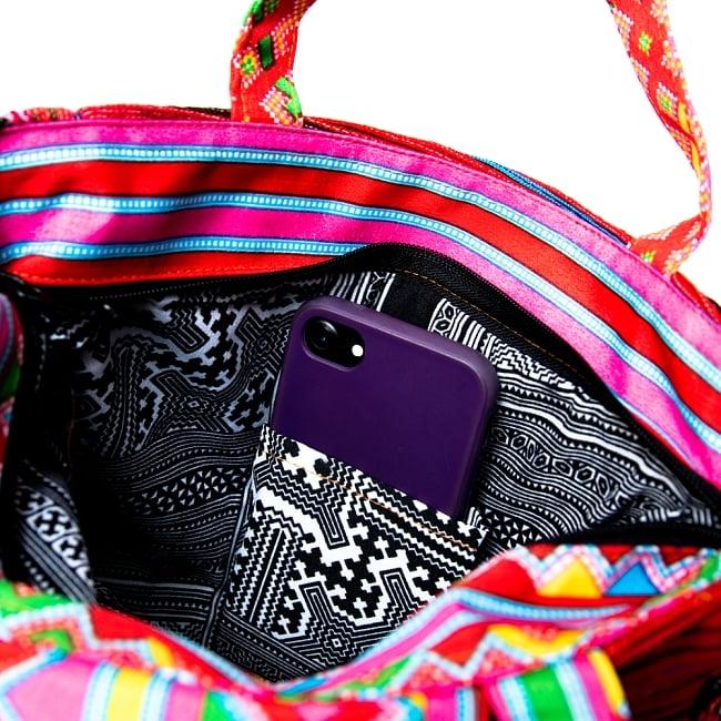 モン族刺繍のトートバッグ 10 - 中にはペンを挿したり携帯を入れるポケットもあります。