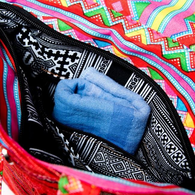 モン族刺繍のトートバッグ 11 - タオルやカギ、リップクリーム等を入れられるジップ付きのポケットもあります。