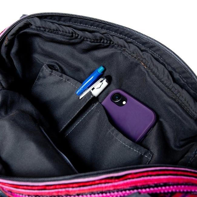 モン族刺繍の2WAYショルダーバッグ 11 - 中にはペンを挿したり携帯を入れるポケットもあります。