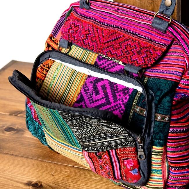 モン族刺繍の2WAYショルダーバッグ 4 - 前面にはマチのあるポケットがついて便利です。