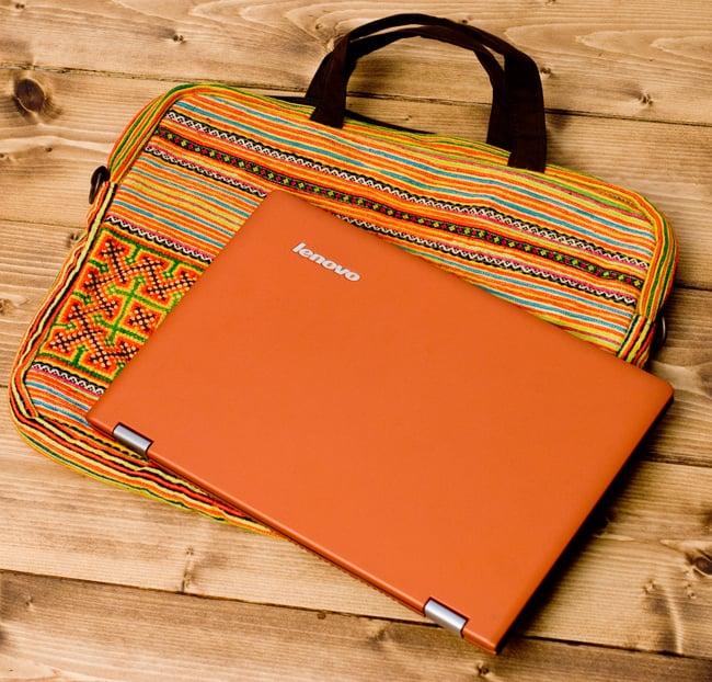 モン族刺繍のラップトップケース - オレンジ系 3 - 裏面にして、ラップトップPCを載せてみました。