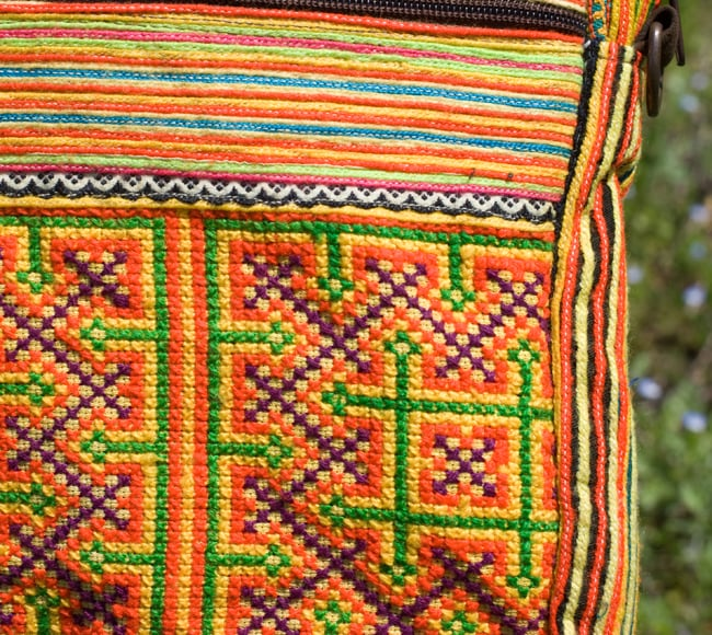 モン族刺繍のラップトップケース - オレンジ系 4 - 刺繍のアップです。