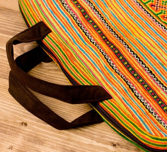 モン族刺繍のラップトップケース - オレンジ系 6 - 手持ち部分は合皮で頑丈に出来ています。