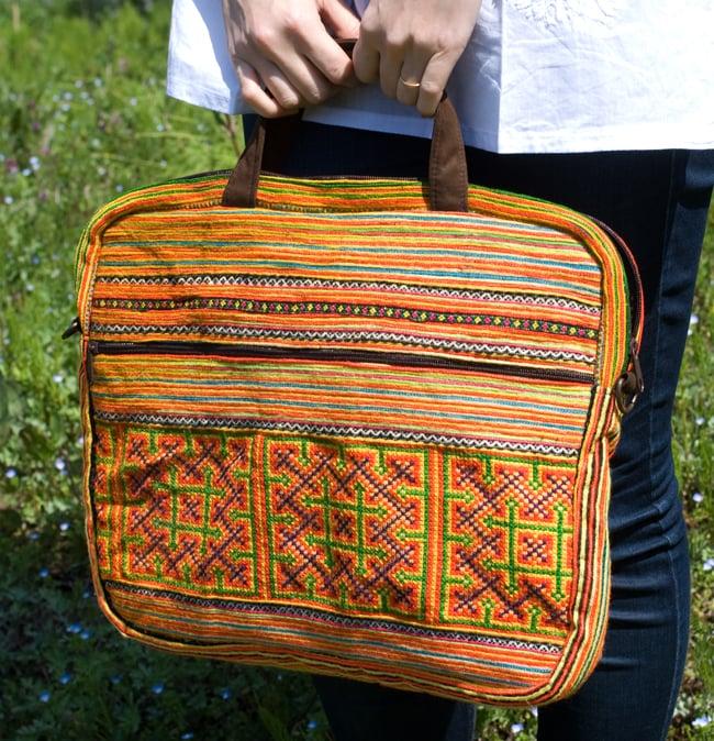 モン族刺繍のラップトップケース - オレンジ系の写真