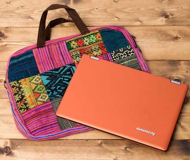 モン族刺繍のラップトップケース - パッチワーク 3 - 裏面にして、ラップトップPCを載せてみました。