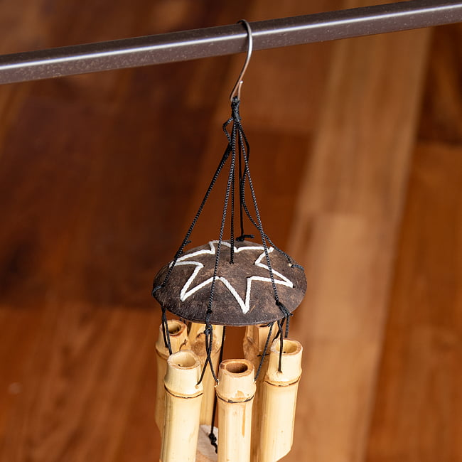 竹とココナッツの風鈴(小サイズ)の写真3 - 真横から見てみました。竹筒の長さに変化をつけてありますので、カラフルな音色が鳴ります。