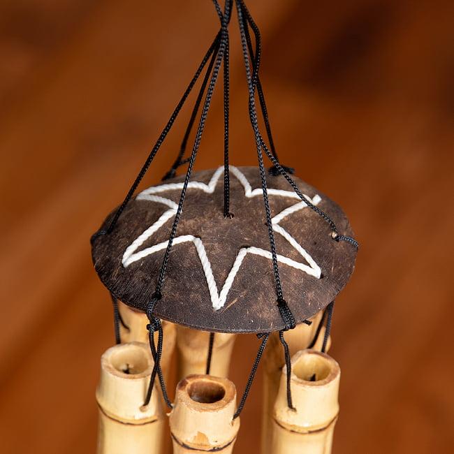 竹とココナッツの風鈴(小サイズ)の写真4 - 竹筒の間には鳴らすための丸い板がぶら下げられています。