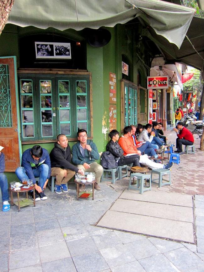 ベトナムの渦巻きお香 5 - カフェでくつろぐベトナムの人々。