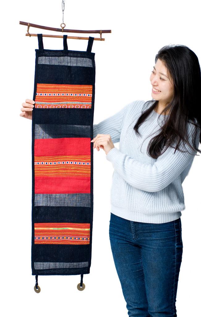 ベトナムのモン族刺繍レターホルダー 2 - 約24cm×24cmのポケットが3個あり沢山収納できます。