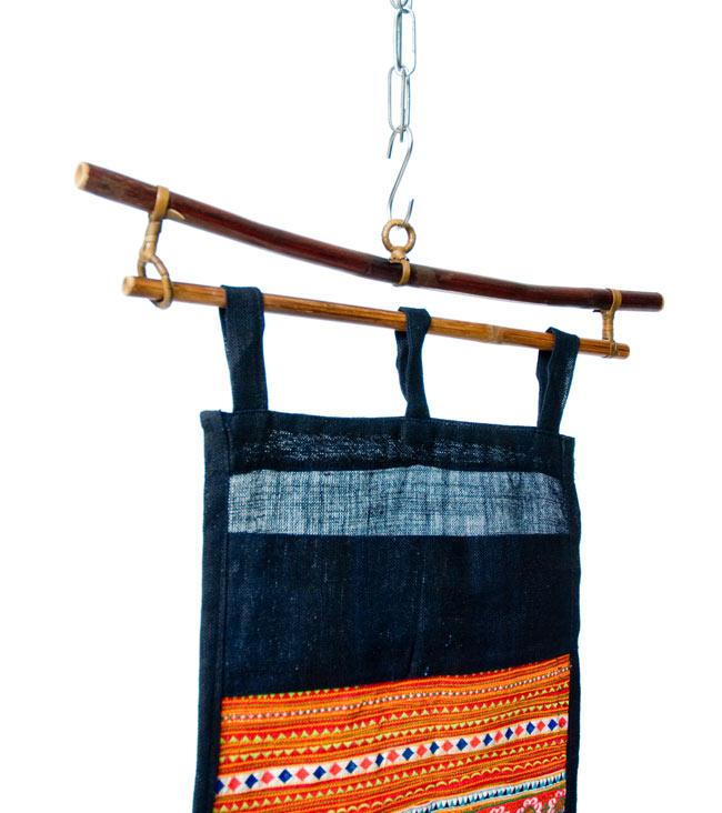 ベトナムのモン族刺繍レターホルダー 3 - てっぺんの部分は竹のハンガーです。フックに吊るしてみました。