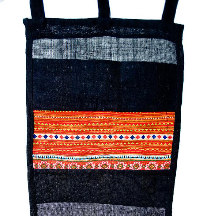 ベトナムのモン族刺繍レターホルダー 4 - ポケットの部分を見てみました。明るいカラーリングですが、派手すぎないのが嬉しいですね。